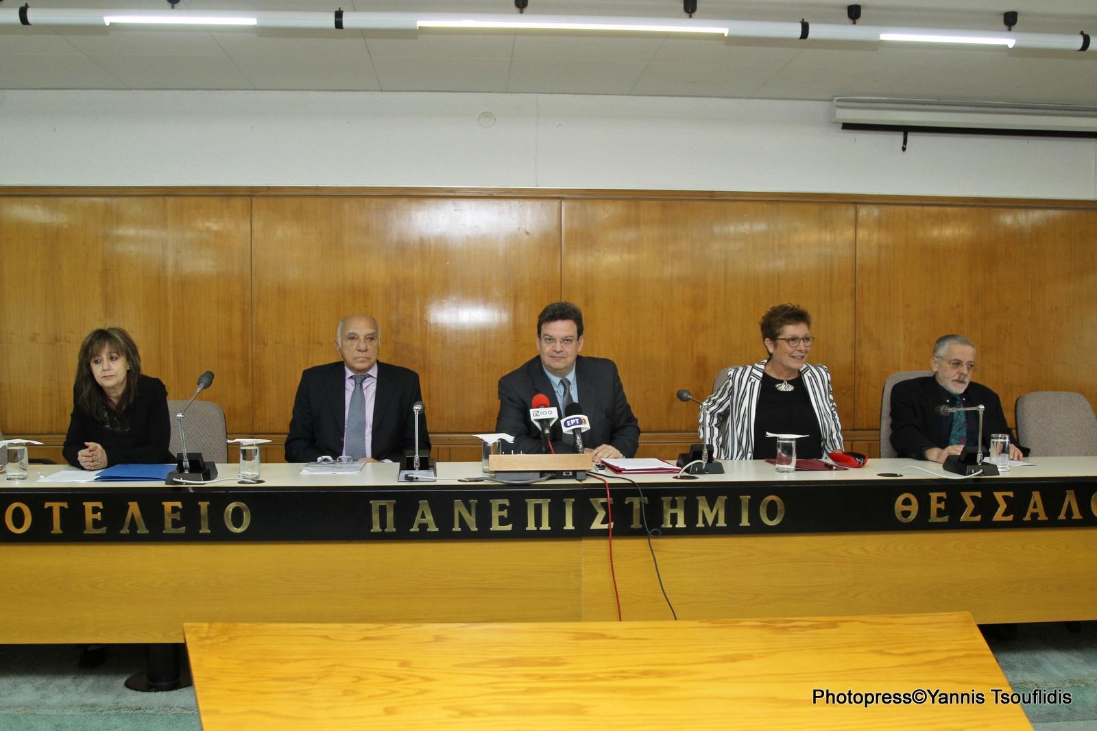 Η Προϊσταμένη Διεύθυνσης Κεντρικής Βιβλιοθήκης ΑΠΘ, κ. Αικατερίνη Νάστα, ο συλλέκτης και δωρητής κ. Ιωάννης Μέγας, ο Πρύτανης του ΑΠΘ, Καθηγητής κ. Περικλής Μήτκας, η Αναπληρώτρια Πρύτανη Ακαδημαϊκών και Φοιτητικών Θεμάτων και Πρόεδρος της Επιτροπής Βιβλιοθήκης και Κέντρου Πληροφόρησης, Καθηγήτρια κ. Αριάδνη Στογιαννίδου και ο Αναπληρωτής Πρόεδρος της Επιτροπής Βιβλιοθήκης και Κέντρου Πληροφόρησης, Καθηγητής κ. Ιωάννης Τζιφόπουλος.