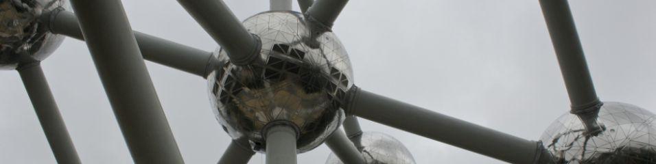 Dominick (2013). Atomium - Brussels - structure looking up. Μεταφορτώθηκε στις 04/06/2016 με άδεια Creative Commons 'Αναφορά-Μη εμπορική χρήση-Παρόμοια διανομή' από Flickr: https://goo.gl/GMLoeM
