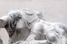 Steven Zucker (2010). Phidias, Parthenon, Detail of the East Pediment Sculpture (Hestia, Dione, Aphrodite?). Μεταφορτώθηκε στις 01/10/2013 με άδεια Creative Commons 'Αναφορά-Μη εμπορική χρήση-Παρόμοια διανομή' από Flickr: http://goo.gl/2gGChq