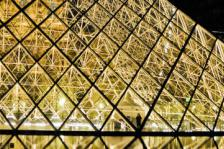Chris Willis (2010). Paris : Louvre Pyramid night vibrant. Μεταφορτώθηκε στις 01/10/2013 με άδεια Creative Commons 'Αναφορά' από Fotopedia: http://goo.gl/PO5d0t